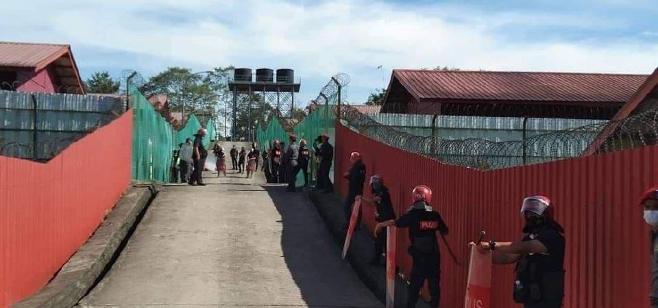 Keadaan terkawal di kawasan Depoh Tahanan Imigresen Manggatal, Kota Kinabalu selepas kehadiran pasukan LSF. - Foto ihsan polis